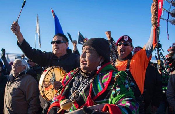 Indígenas Sioux celebran bloqueo del gobierno a oleoducto que 'destruiría' recursos naturales