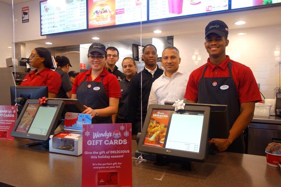 Empleados y directivos de Wendy's en día de la apertura del restaurante.
