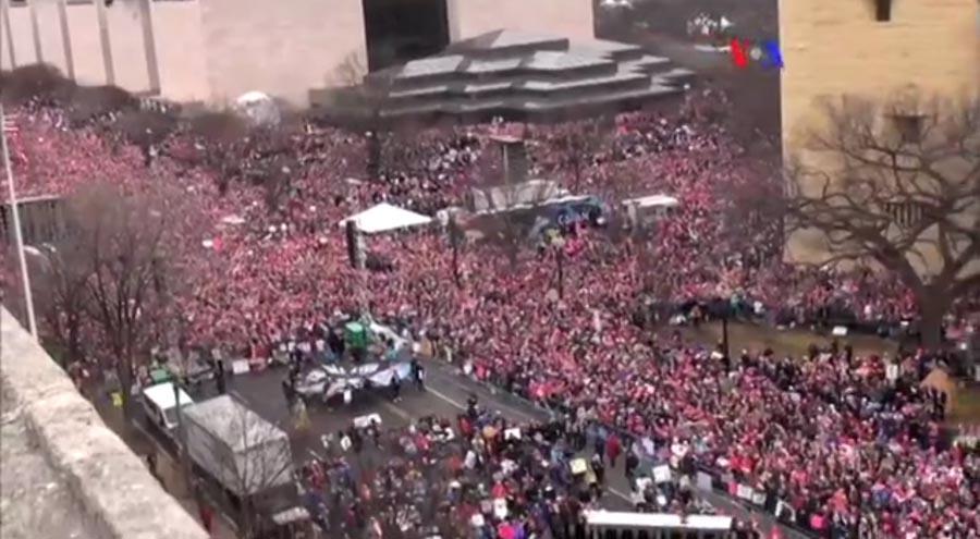 La Marcha de las Mujeres fue multitudinaria y la mayoría vistió gorro de color rosado y decenas esgrimieron pancartas exigiendo respeto a sus derechos.