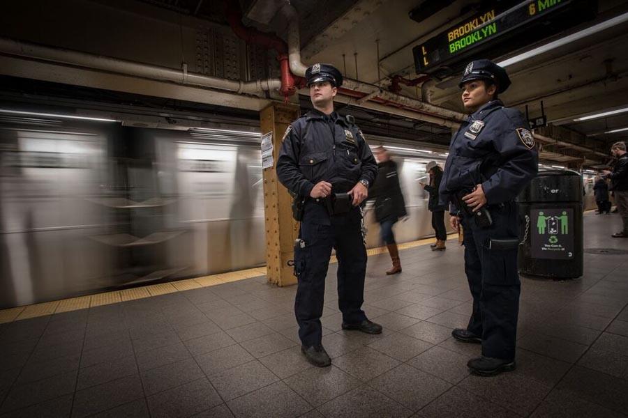 Policías vigilando las estaciones de los trenes de Nueva York.