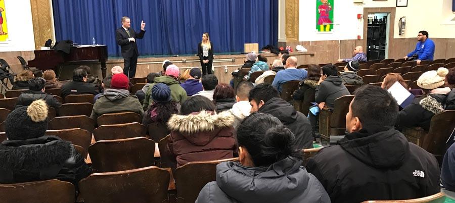 Los abogados Richard La Salle y Elizabeth Cardona frente al público latino.