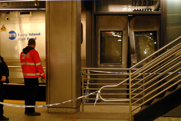 Tren se descarrila en Brooklyn y deja heridos