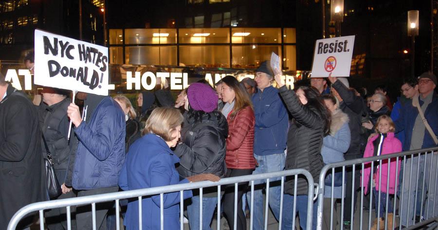 Cientos de personas protestaron con pancartas la elección de Donald Trump como presidente de los Estados Unidos. Foto Humberto Arellano