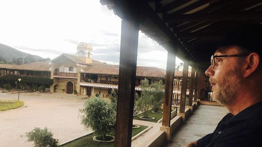 El fray José Arcesio Escobar observa las instalaciones de Ciudad de Dios.