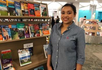 Yessica Santos en la biblioteca central de Jamaica.