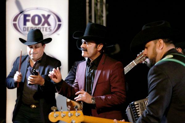 Mario Quintero Lara de Los Tucanes de Tijuana con FOX Deportes en el video de apertura para Super Bowl LI