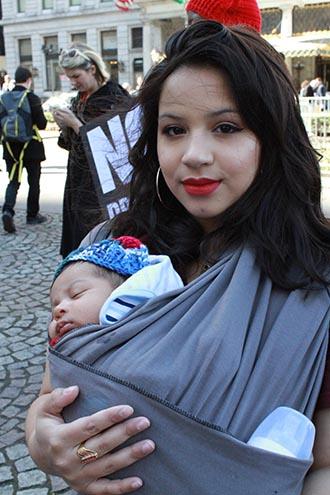 Yamileth Vasco con su hijo de un año durante la manifestació por mujer. Foto Humberto Arellano