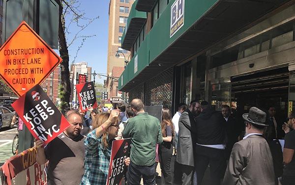 Protesta frente al almacén B&H en Manhattan