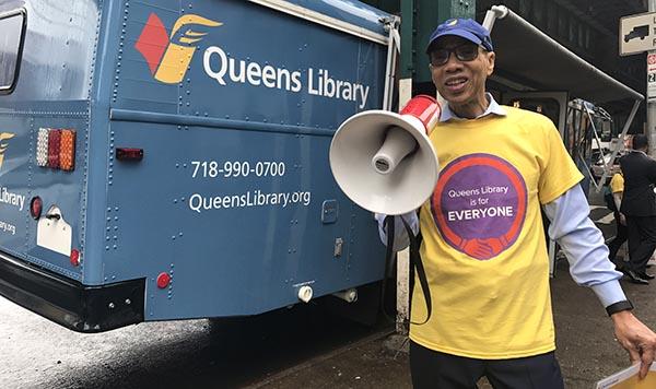 'Bibliotecas de Queens son para todos': presidente Dennis Walcott