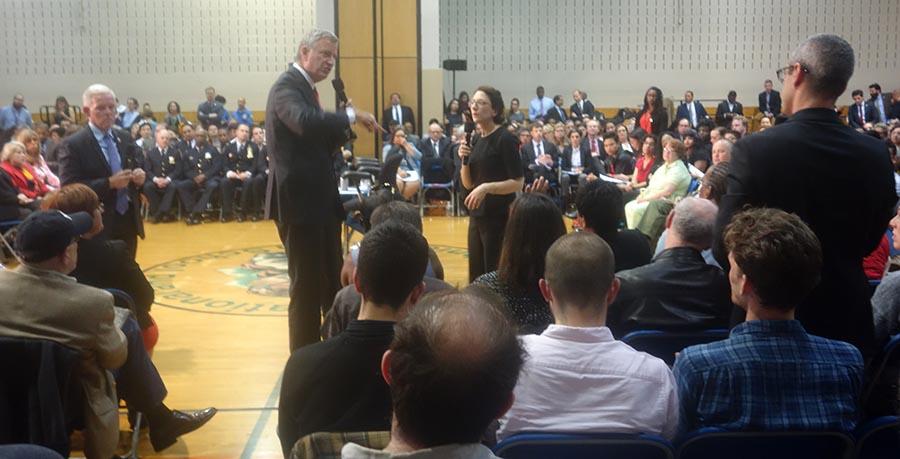Al centro, la comisionada del Departamento de Transporte de Nueva York (DOT), Polly Trottenberg, respondiendo preguntas de la gente.