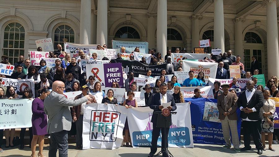 Activistas frente a la Alcaldía de Nueva York llamando la atención sobre la hepatitis. Foto cortesía