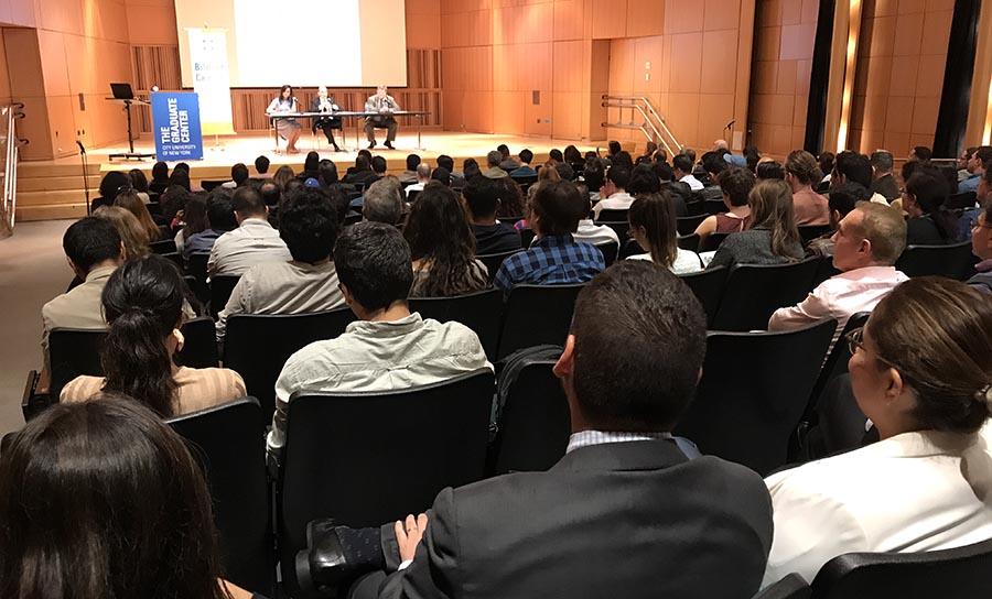 El auditorio del primer piso del Centro de Graduados de CUNY en donde habló Humberto de la Calle.
