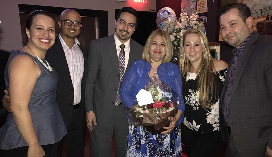 La jueza Velásquez rodeada de abogados, incluyendo a Catalina Cruz, al extremo izquierdo, presidenta de la Asociación de Abogados de Queens.