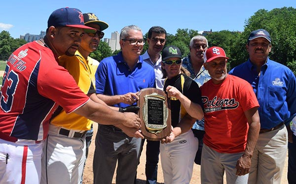 Copa Cibao Meat de Softball honra al Senador Heinz Vieluf en New York