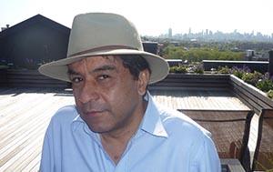 Javier Castaño en la azotea de su edificio en Jackson Heights, Queens.