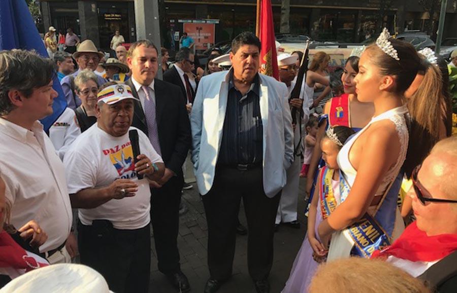 Rafael Castelar, presidente del Dezfile Colombiano en Nueva York, hablando en la esquina Calle Colombia (Ave. 37 con calle 82) hablando sobre el orgullo patrio. A su lado se halla Hiram Monserrate, candidato al Concejo de Nueva York por el distrito 21. Los acompaña la reina del desfile y activistas colombianos. Foto Javier Castaño