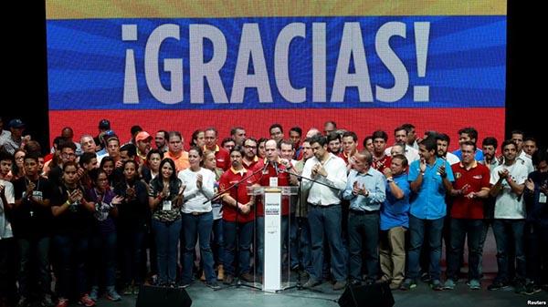 Venezolanos votan en plebiscito de la oposición