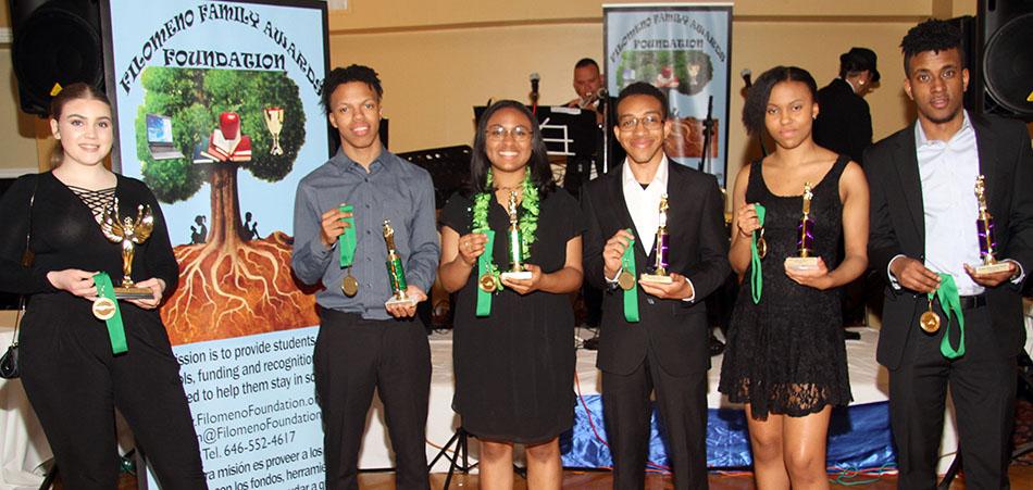 Estudiantes que por su rendimiento académico recibieron la beca y reconocimiento otorgado por la Filomeno Family Awards Foundation. Foto Vincent Villafañe