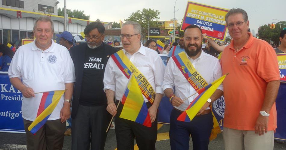 Francisco Moya, de barba y camisa blanca, acompañado de sus colegas demócratas en Norhern Boulevard.