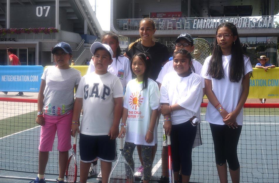 Los niños disfrutando con la tenista Mónica Puig. Foto Marcela Alvarez.
