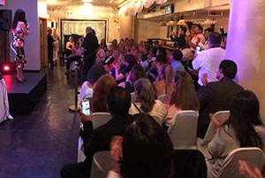 Karen Hoyos dirigiéndose a los asistentes en el Restaurante Boulevard.