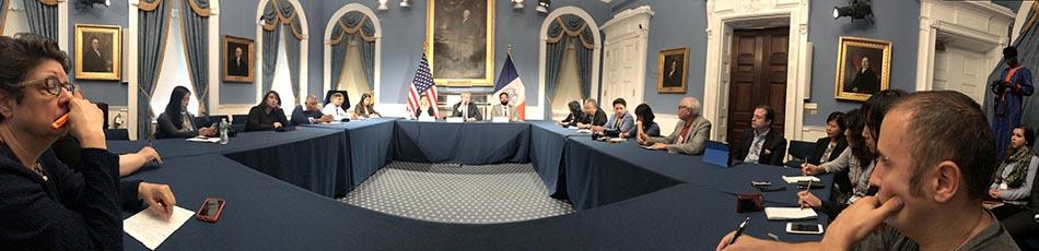 Miembros de la prensa étinica escuchando atentos al alcalde Bill de Blasio.