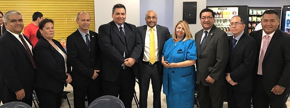 Cónsules de Centroamérica y personalidades rodeando al senador José Peralta y la jueza Carmen Velásquez.