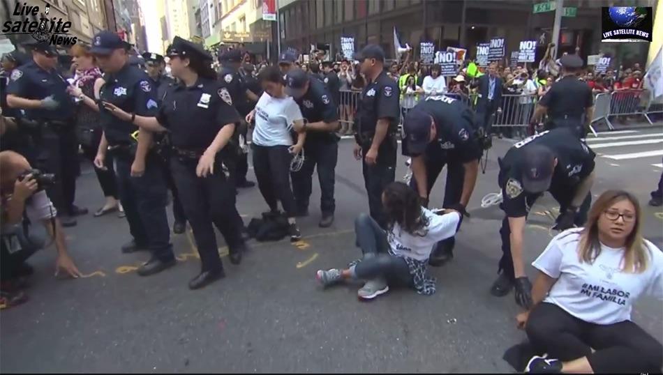 Varios soñadores fueron arrestados por protestar frente al edificio del presidente Trump en Manhattan.