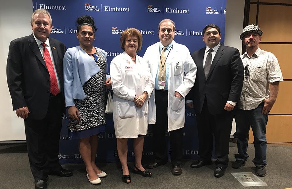Desde la izquierda, concejal Daniel Dromm, Malú Cano, los doctores y Joseph R. Masci, director del Departamento de Medicina del Hospital Elmhust, el CEO Israel Rocha y Ricardo Jiménez del Puerto Rican Cultural Center de Chicago.