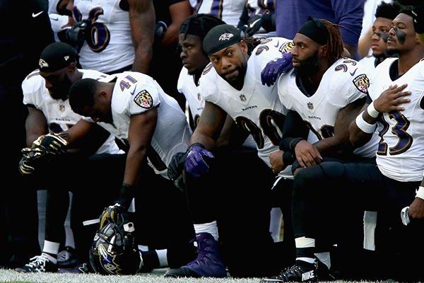 Jugadores de la NFL se arrodillan para desafiar al presidente Trump