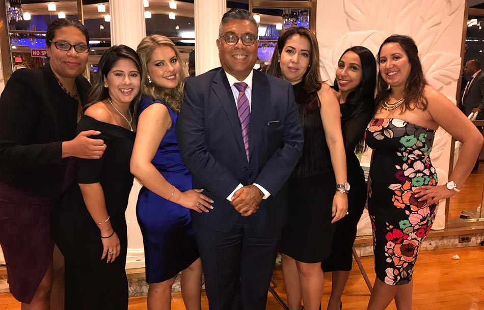 El abogado Abel Arcia rodeado de sus empleadas durante la gala del Desfile de la Hispanidad 2017.
