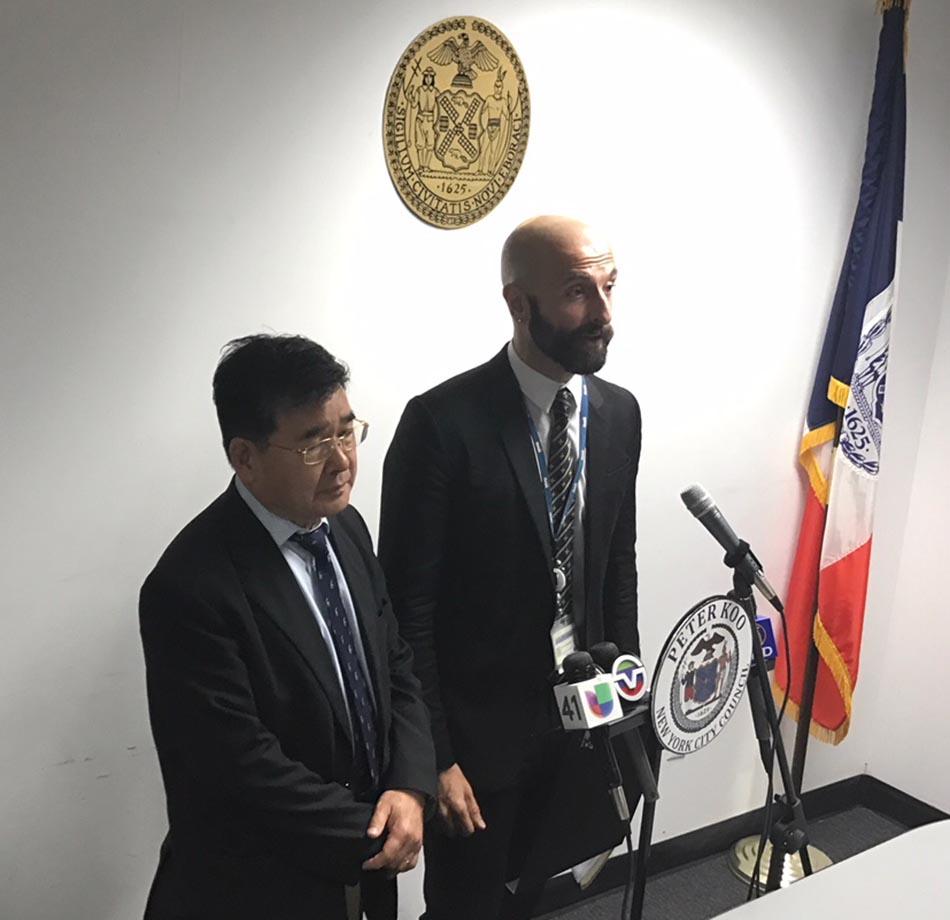 El concejal Peter Koo y Demetre Daskalakis, representante del Departamento de Salud e Higiene Mental de la ciudad de Nueva York. Foto cortesía