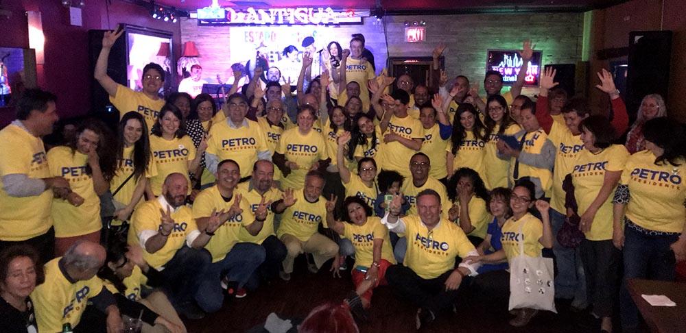 Algunas de las personas que acudieron a D'Antigua a apoyar la candidatura de Petro en Nueva York