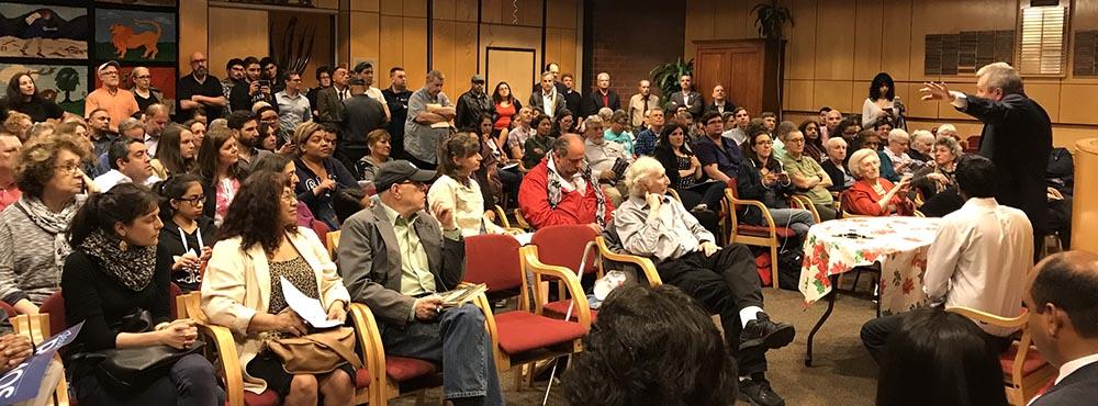 El concejal Daniel Dromm, al extremo derecho, cuando habló al comienzo del detabe político.