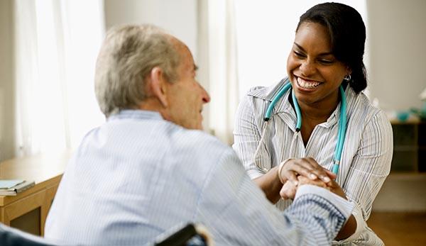 Hospitales y clínicas buscan personal médico y enfermeras