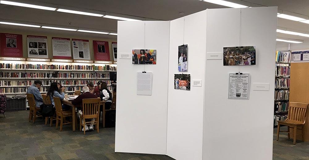 Exhibición sobre el Desfile del Orgullo Gay en el primer piso de la biblioteca de Jackson Heights, Queens.
