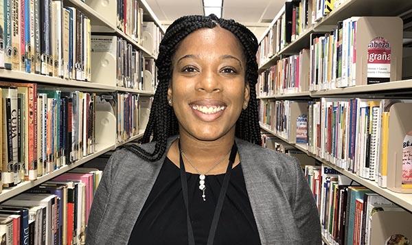 Biblioteca pública Langston Hughes se adapta a los latinos