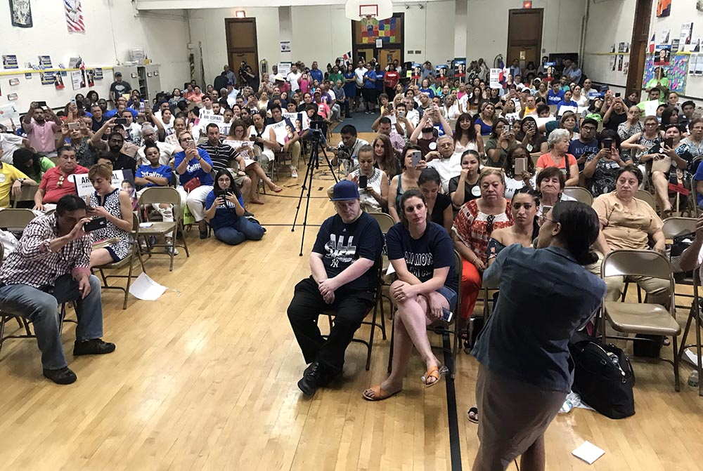 Alexandria Ocasio-Cortez, candidata demócrata al Congreso y quien derrotó a Joseph Crowley el pasado mes de junio, dirigiéndose a los asistentes. Foto Javier Castaño