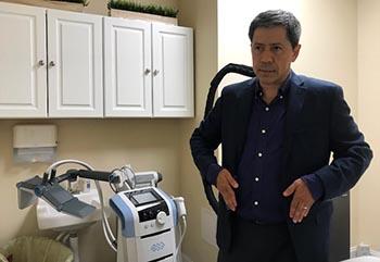 José Avila, gerente de operaciones de Mark Medical Care, explicando el funcionamiento de la tecnología para curar las venas y mejorar la estética.