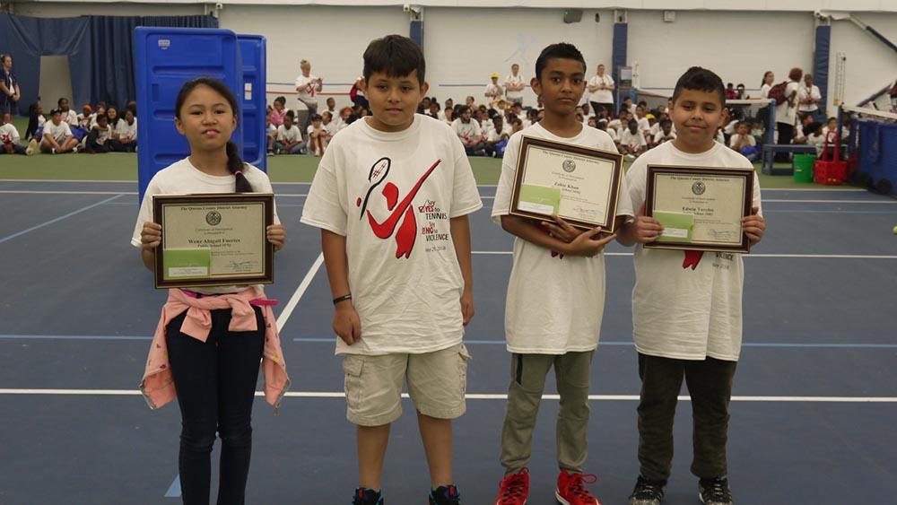"""Niños de escuelas públicas de Far Rockaway participaron de """"Say Yes To Tennis. Say No To Violence"""". Foto Marcela Álvarez."""