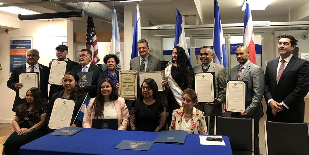 Rolando Céspedes, al centro, acompañando a los delegados de países centroamericanos en el Consulado General de Honduras en Nueva York.