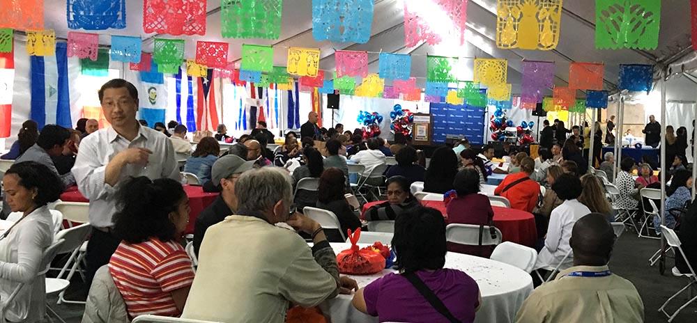 Las personas que asistieron a celebrar el Mes de la Herencia Hispana en el Hospital Elmhurst de Queens.