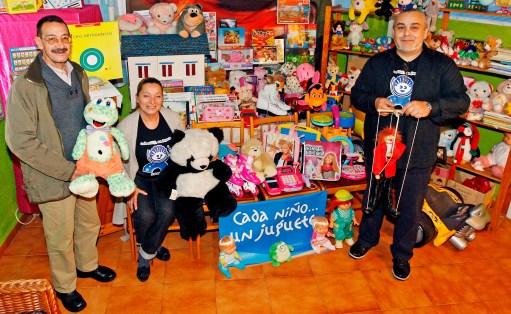"""MARTA G. BREA. 13.12.12, VIGO (CORUXO).- VOLUNTARIOS (ENTRE ELLOS CARLOS LEIRO Y ANGEL JESUS) CON JUGUETES DE LA INICIATIVA SOLIDARIA """"CADA NINO... UN JUGUETE""""."""