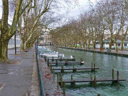 Embarcaderos en el Canal de Vassé, afluente del Lago de Annecy