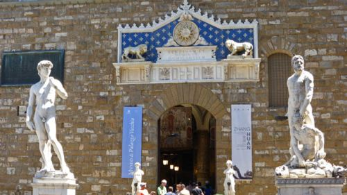 Copia del David de Miguel Ángel frente al Palazzo Vecchio, el original se guarda en la Galería de la Academia
