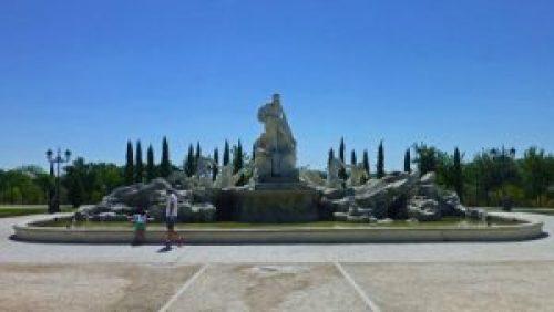 Fontana di Trevi en el Parque Europa, réplica de una de las monumentales fuentes de Roma