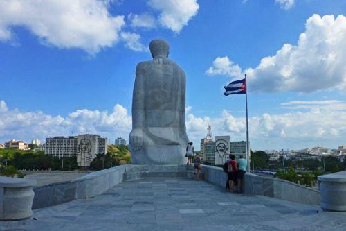 Plaza de la Revolución a los pies del Monumento a José Martí