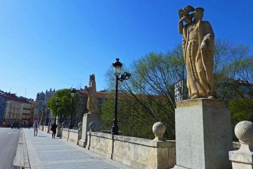 Estatuas en el Puente de San Pablo o Vía Cidiana de Burgos