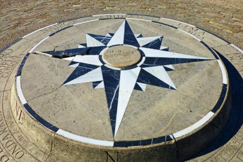 Rosa de los Vientos, señalando la distancia y dirección desde Burgos a otras ciudades del mundo