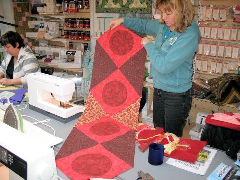 Lækker bordløber i patchwork med cirkler syet på symaskine.